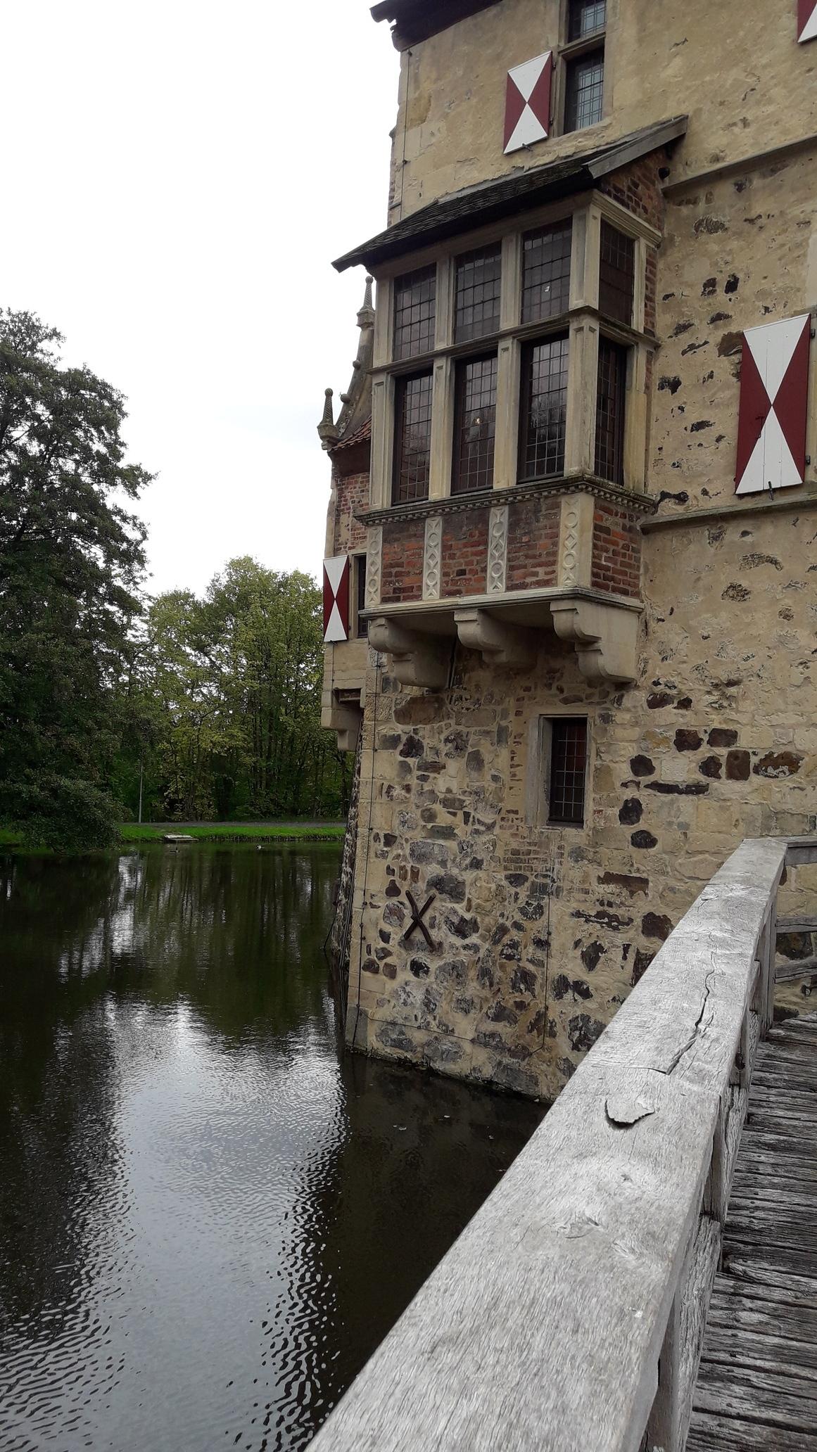 Burgwand mit Wassergraben