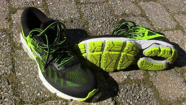 Joggingschuhe auf Pflastersteinen